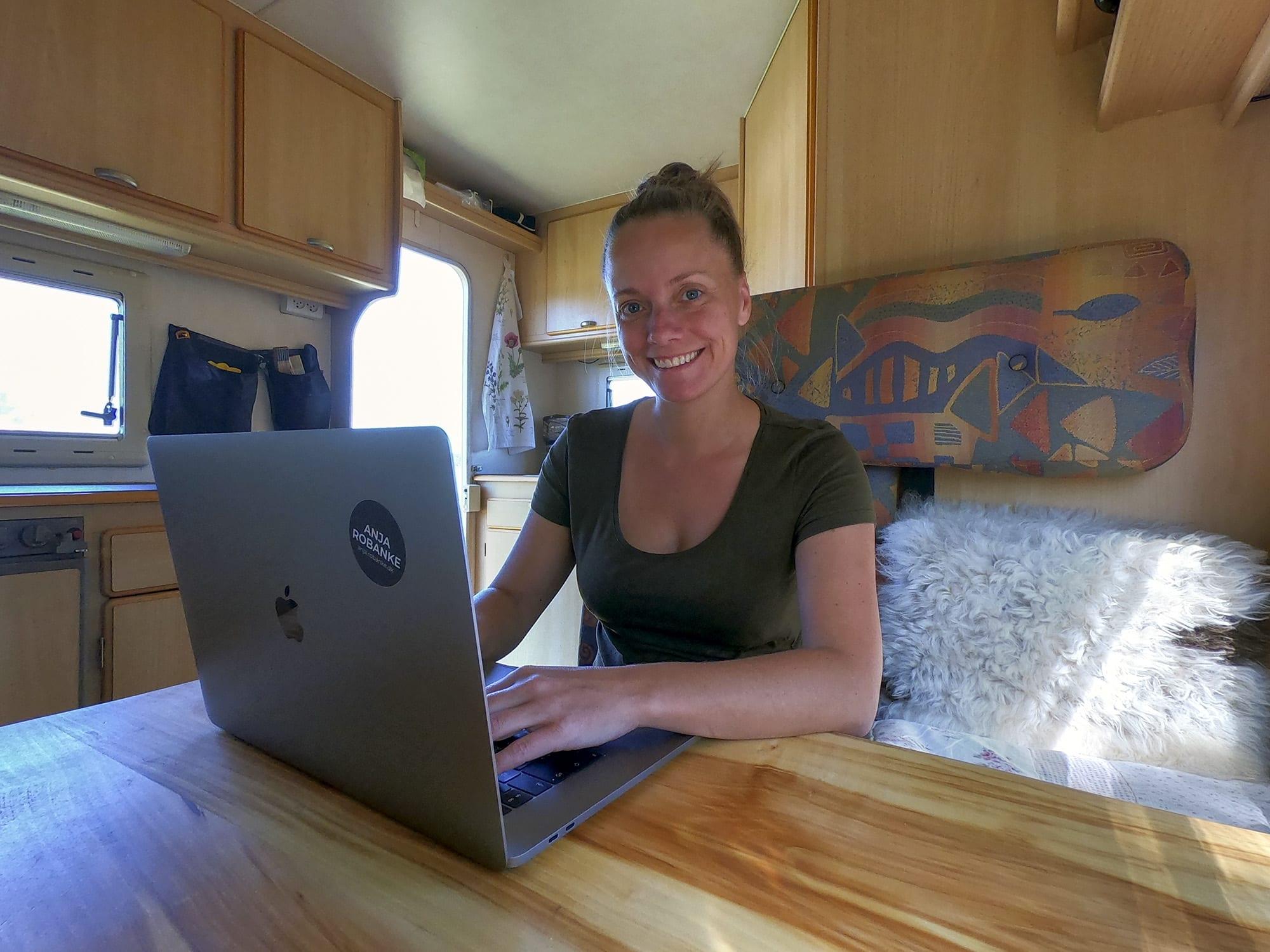 """Anja turnerer Europa i en autocamper, mens hun laver grafisk arbejde: """"Det fungerer helt vildt godt"""""""