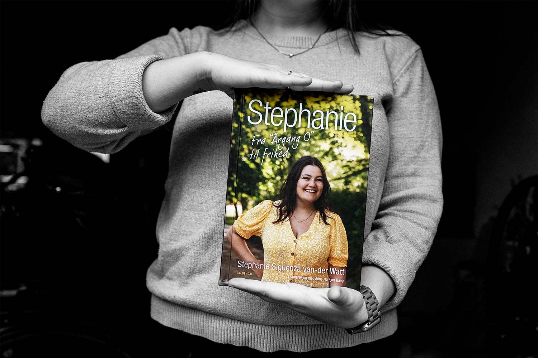 """<span class=""""rodt"""">Ny bog: </span>Stephanie – Fra Årgang 0 til frihed 2"""